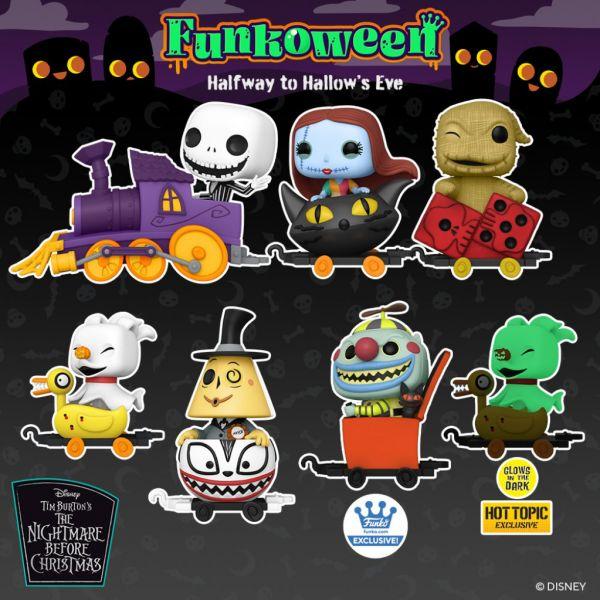 """Właśnie nadjeżdża niezwykły pociąg prosto z """"Miasteczka Halloween"""". W oddali widać także figurki Paka Paka Boo Hollow!!"""